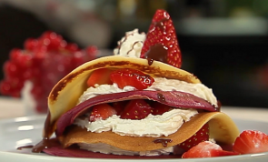 Crepes RED VELVET com MORANGOS, CHANTILLY e calda de chocolate!