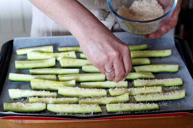 Polvilhar as abobrinhas com a mistura de queijo
