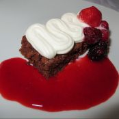 Brownie de chocolate e iogurte com chantilly e coulis de frutos silvestres